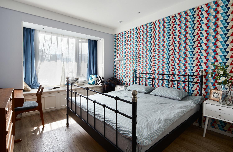 主卧的墙面也是淡色,搭配黑色的床和素色的床上用品,简约又清新。
