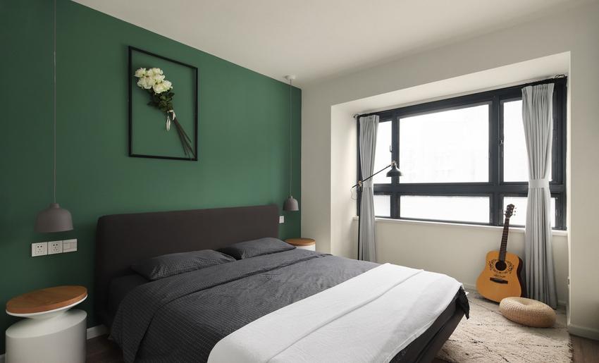 以墨绿色来粉饰床头背景,幽静而神秘,让人特别的有安全感,在这样的空间仿佛置身于森林。