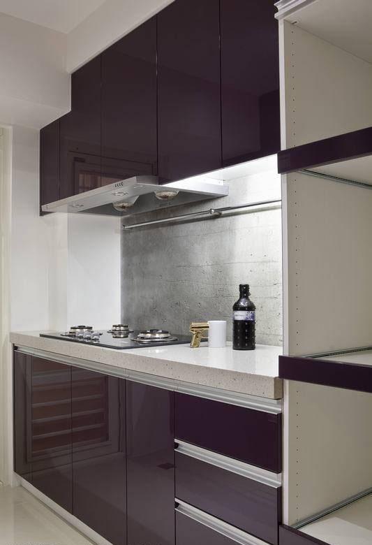 钢烤厨具中段衬以水泥粗糙墙面,亦是一种质感冲突体现。