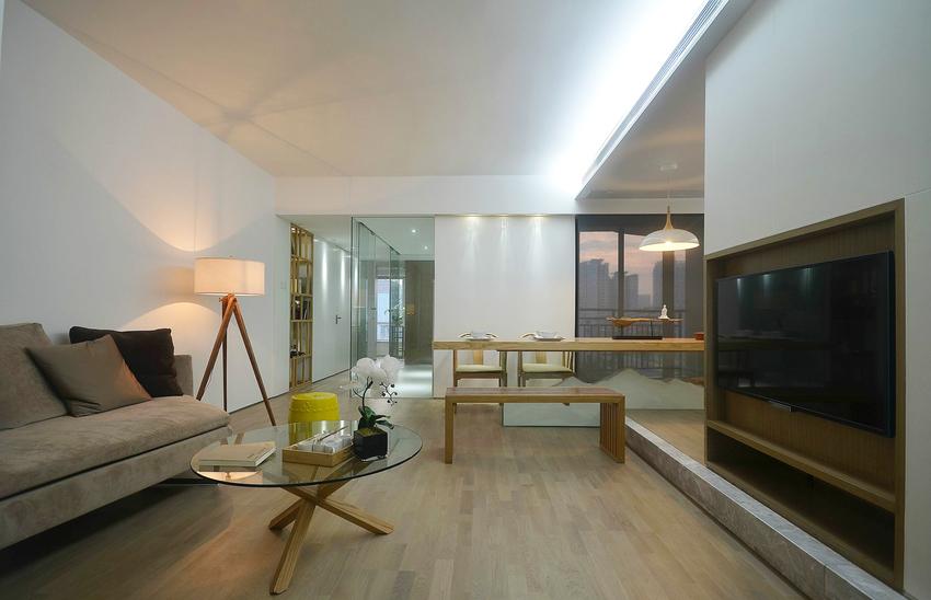 客厅整体色调是大地色,沙发、地板以及装饰追求返璞归真。