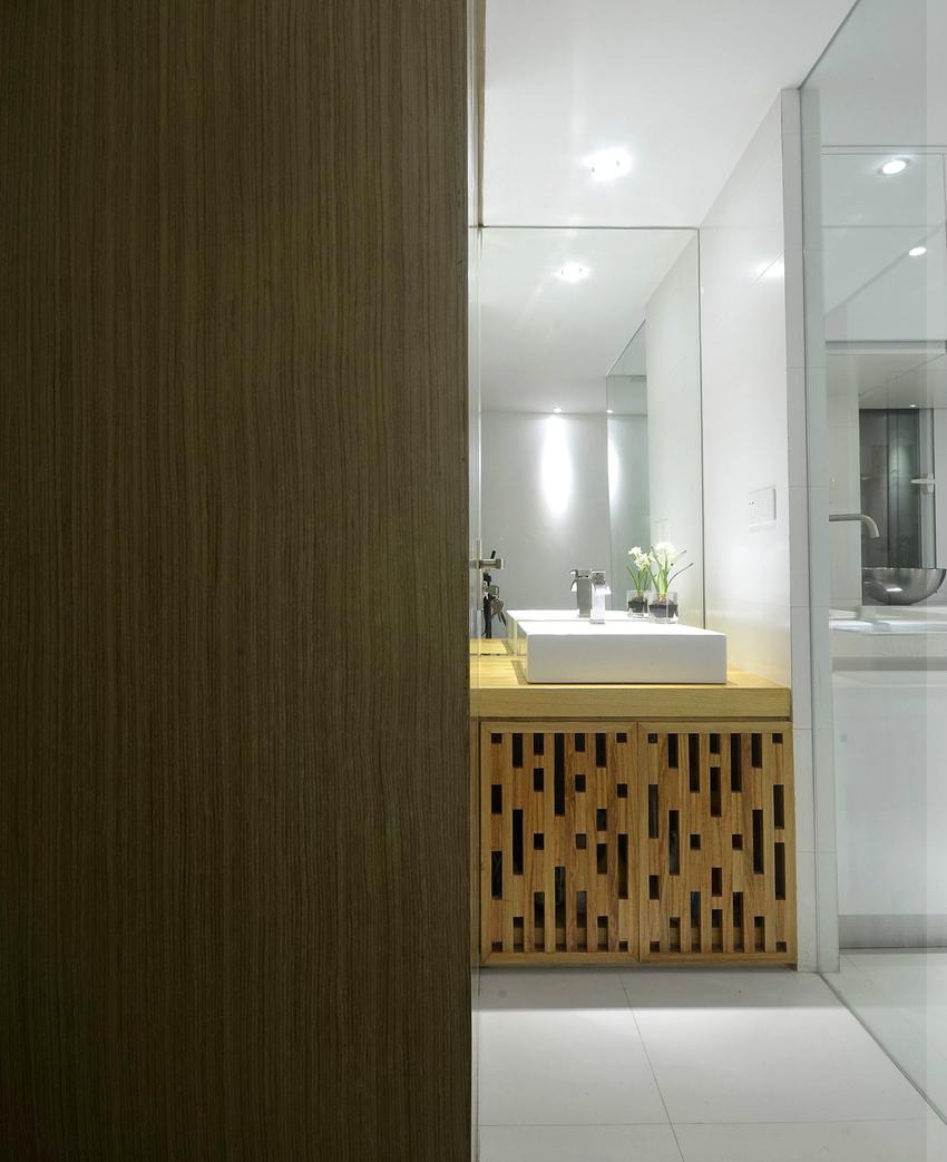 洗手台被放置在厨房和卫生间之间,每天早晨不用为了洗漱和上厕所排队。