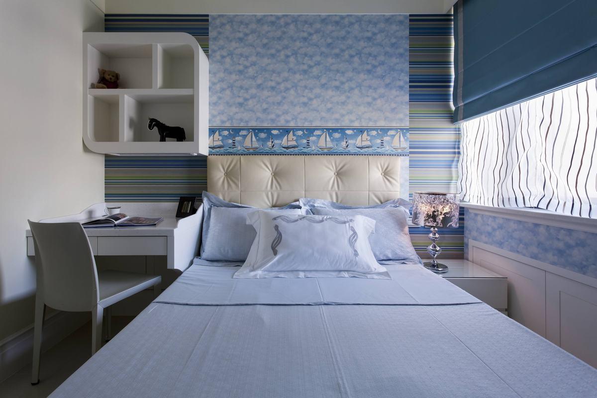 天蓝色墙纸设计,让卧室显得很纯净,床头柜设计了学习区域,非常方便。