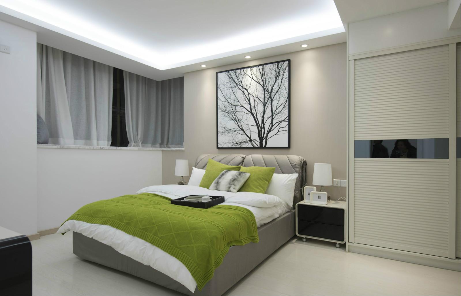 卧室中的床的背景挂着精致的挂花,,旁边则是原木材质橱柜设计,自然简约之