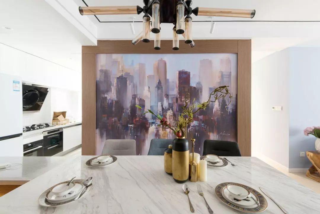 精致的餐具与餐桌布置,搭配抽象壁画背景,来一场烛光晚餐,充满浪漫氛围。
