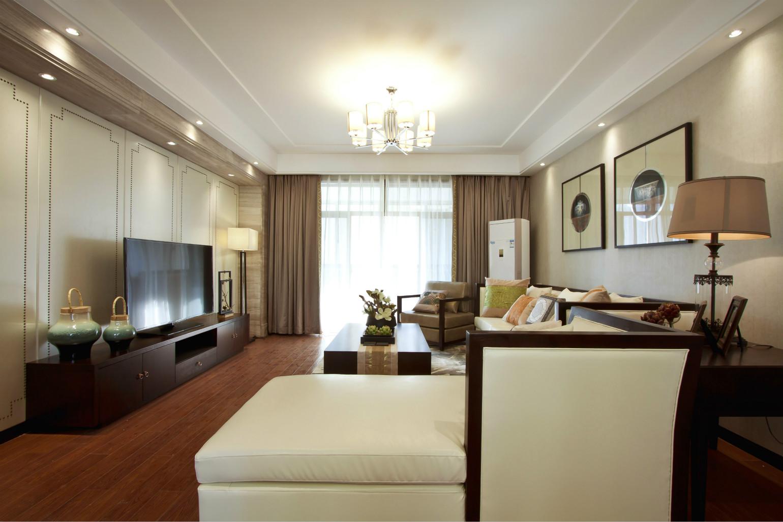 客厅简约为主,白色沙发非常方便,棕色的单人沙发,增加了沙发的灵活性,灯具也做了精心的挑选