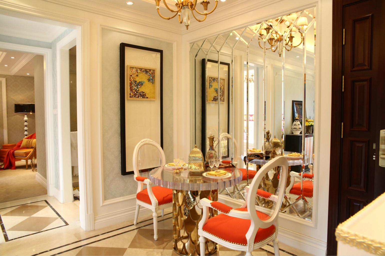 一旁的通体全白的厨房,不论是从色调还是从空间,都最大限度为餐厅空间做了让步。