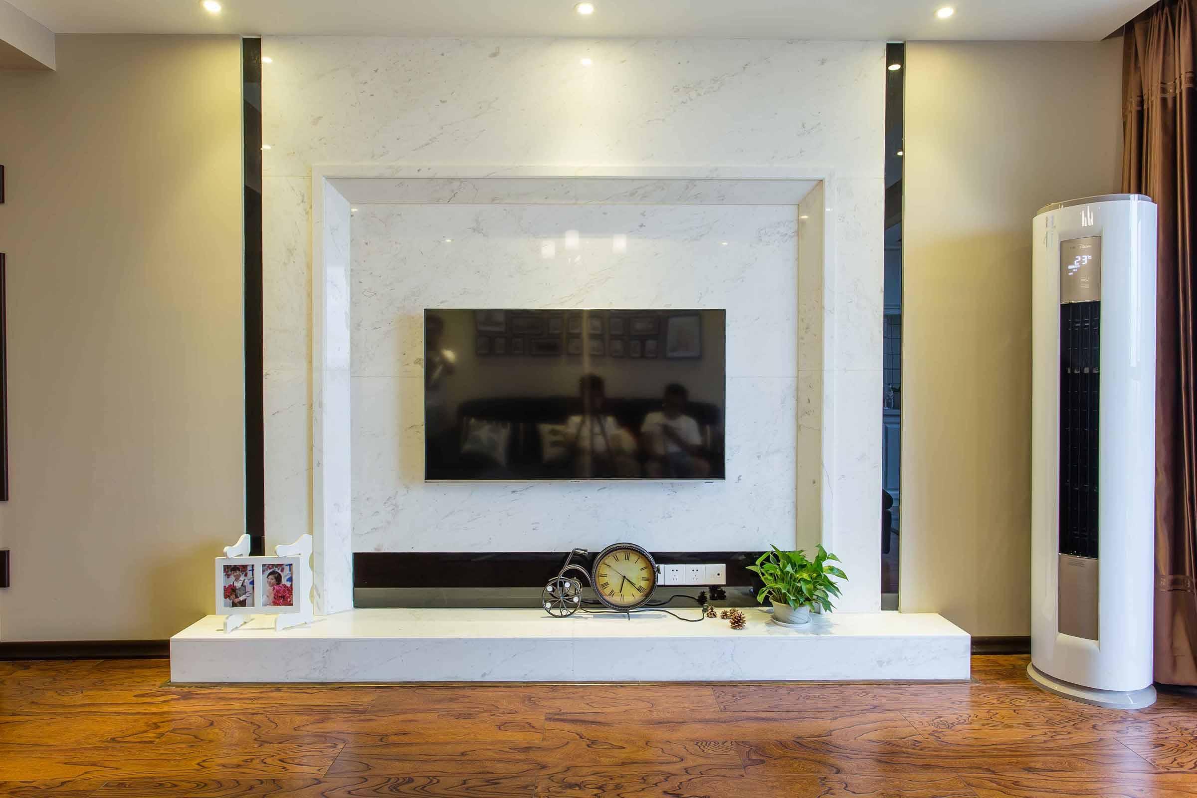 电视背景墙以大理石为主很是简单大气。
