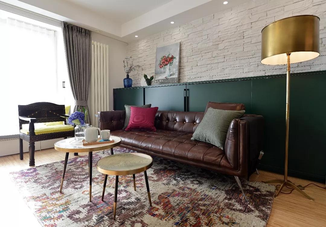 沙发背景墙采用了户外文化石做装饰;地毯咖色花纹与沙发相呼应,和谐自然。
