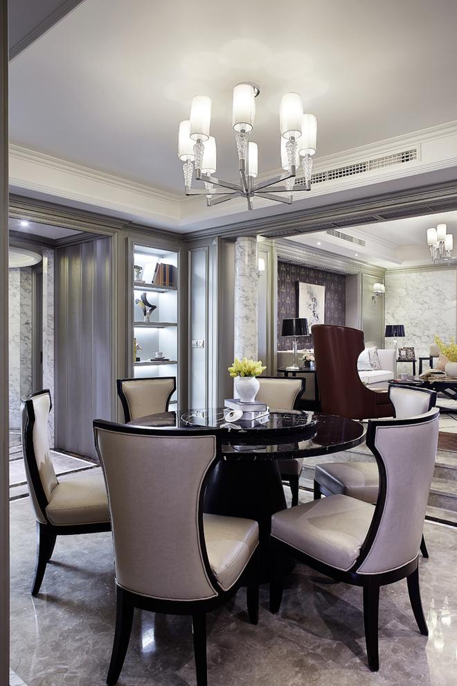 餐厅桌椅选择了黑色与灰色,椅子在现代风格中带着古典韵味。