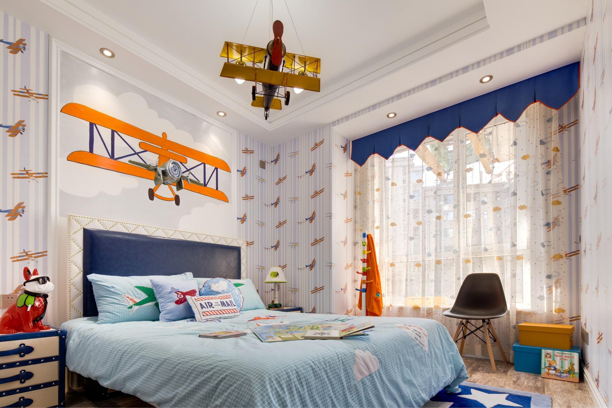 儿童房童趣十足,卡通壁纸搭配飞机挂画,卧室变得充满童真,安静舒适。
