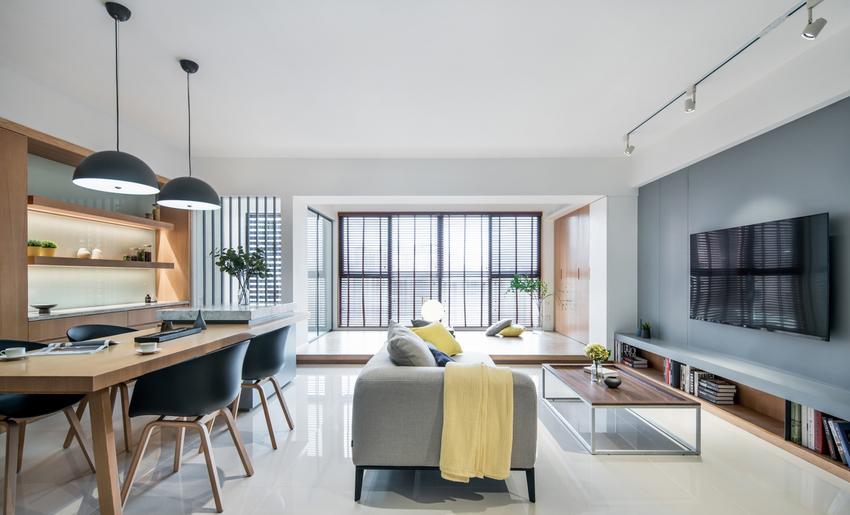 落地窗下挑高的木质形地台形成休闲活动区域,让屋主可享有最自由的居家形态,增添生活中的趣味性。