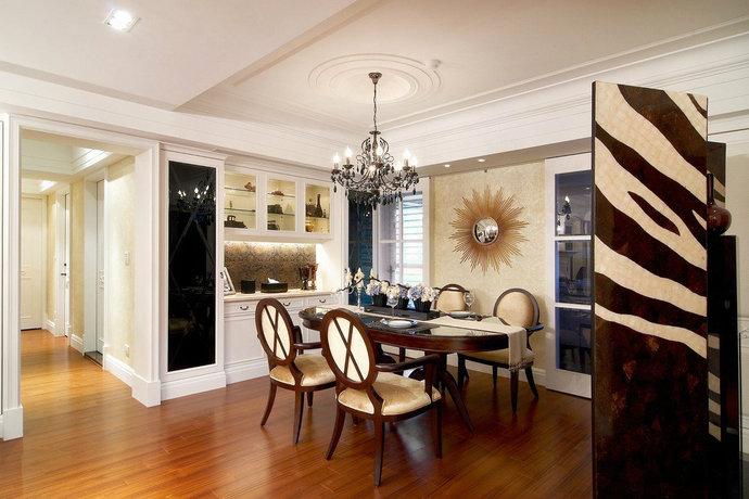 餐厅里面部分,由绷布、黑镜、银箔柜或鳄鱼皮等不同材质加以陈设妆点,多角度表现混搭的美式古典及奢华。