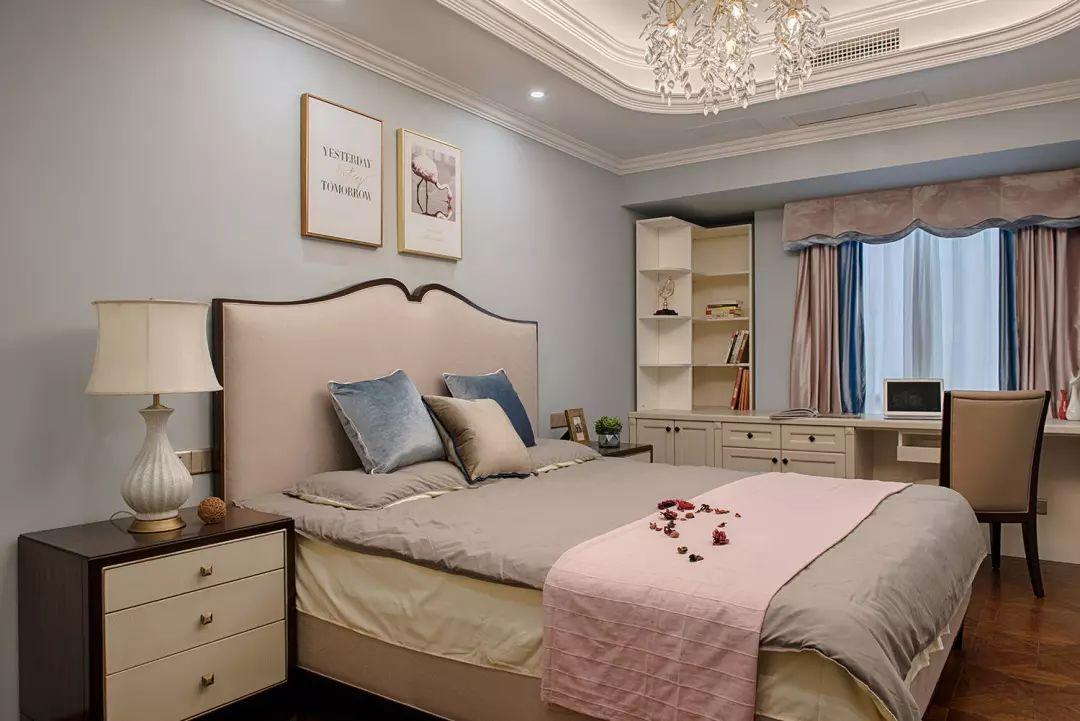 地面通铺木地板,采用淡蓝色调,搭配米色家具,让空间变得柔和温暖。