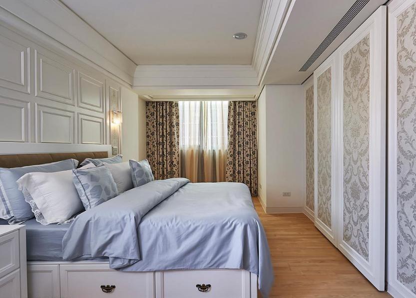 古典线板床头与唯美华丽的壁纸铺陈,呈现主卧房浪漫古典情怀。