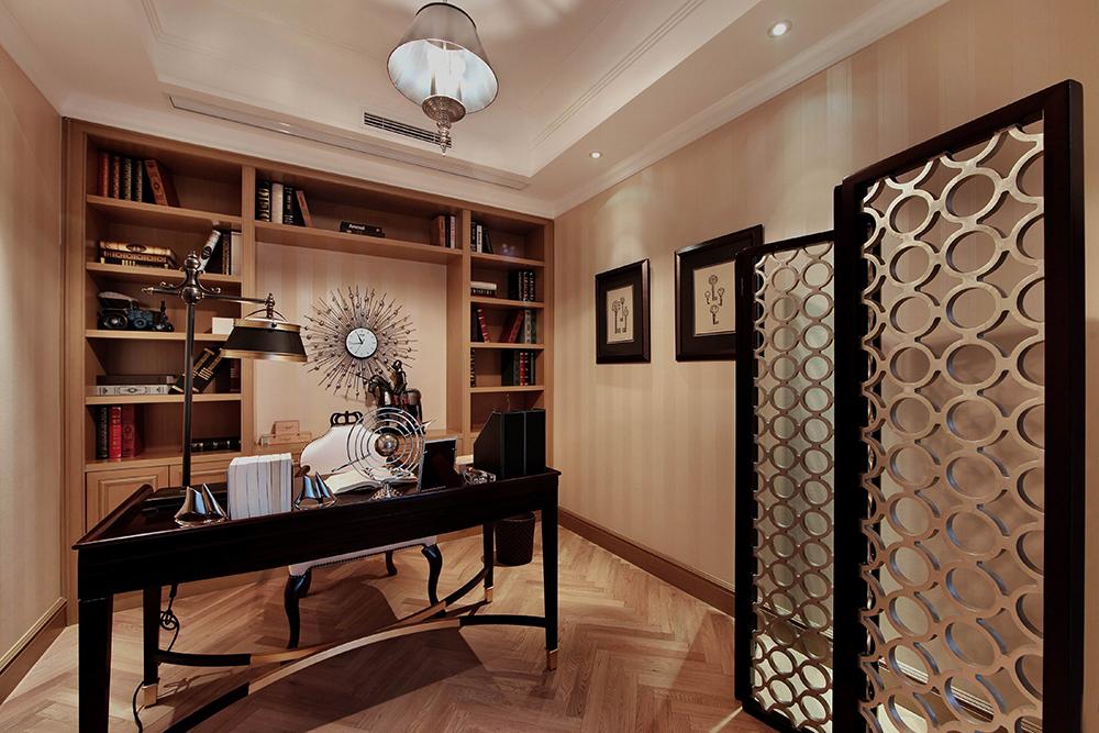 书房呈现贵族般的读书环境,书柜与整体空间相融合,和谐舒适。