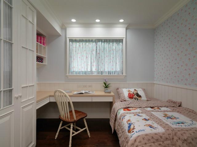 充满田园气息的蓝色碎花窗帘,背景墙,粉色床品,让整个空间都散发这甜甜的味道。