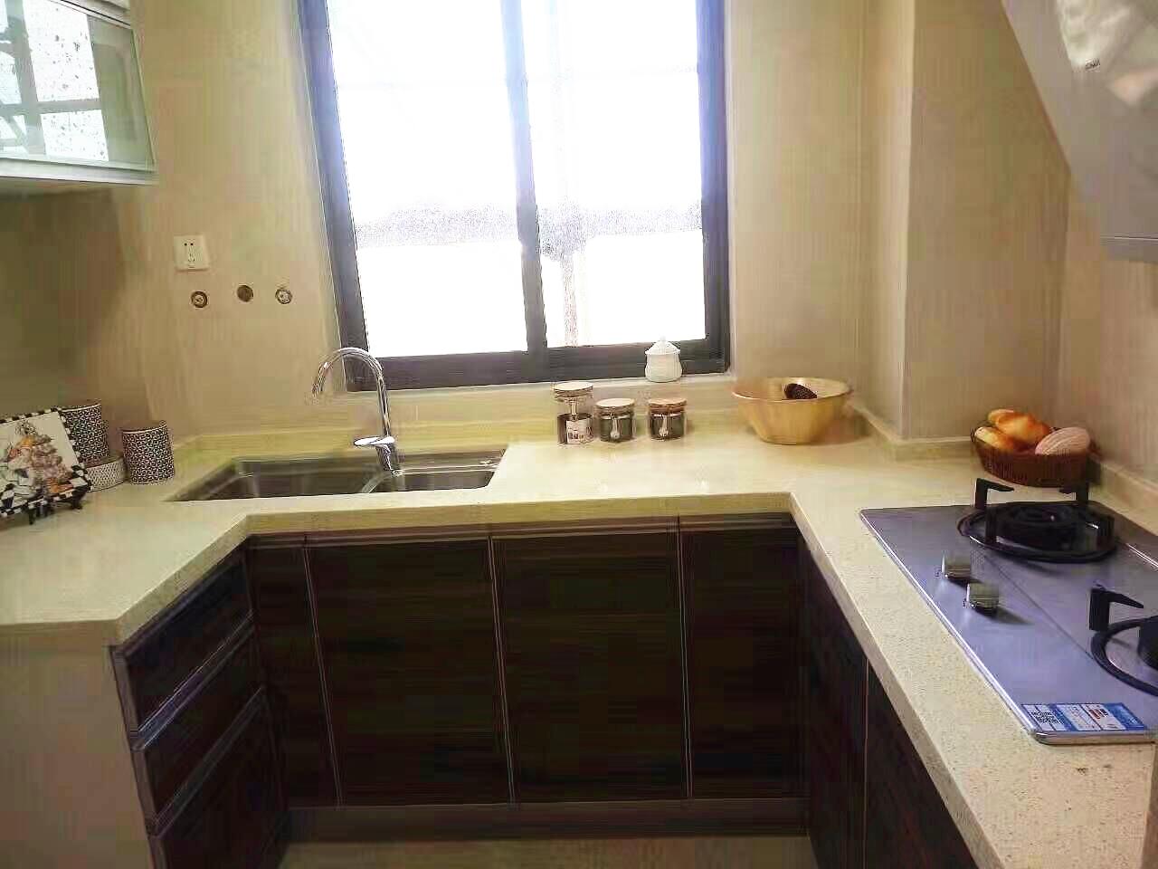卫生间铺贴简单样式的瓷砖,卫生间设计摒弃了浴缸设计,换成了实用淋浴。