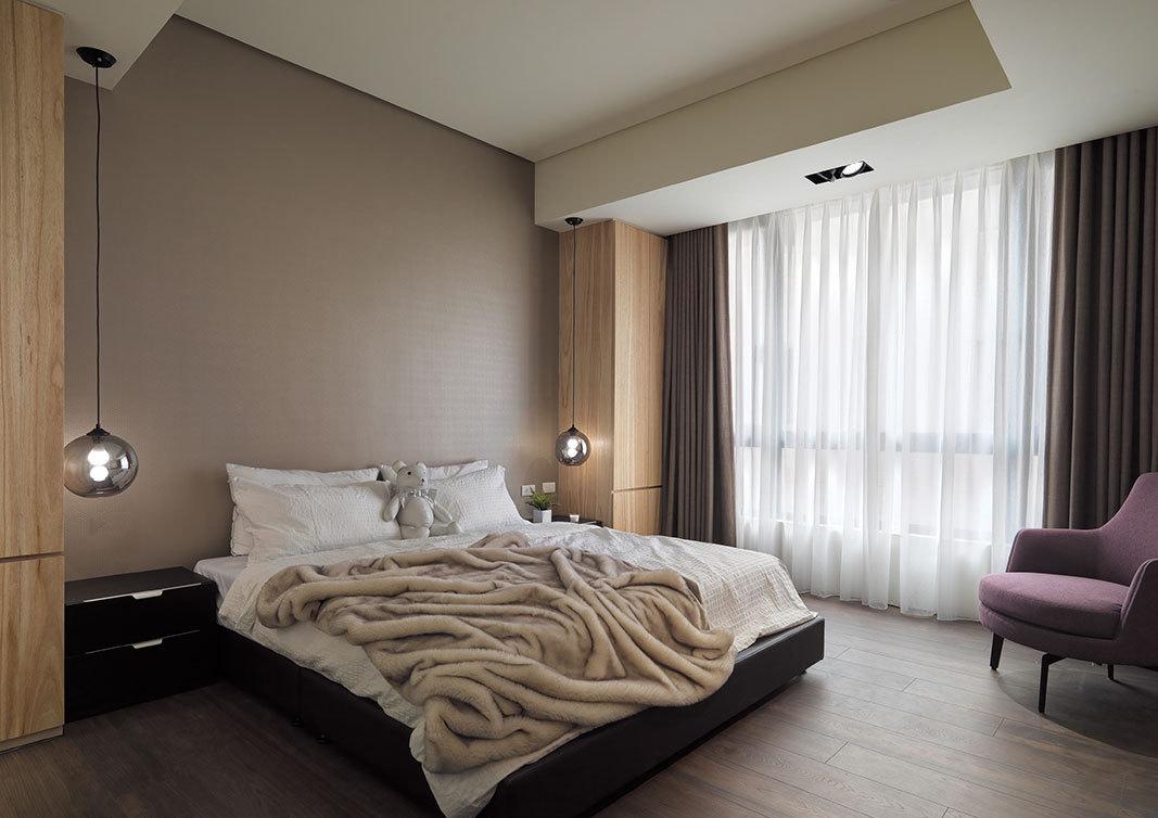 立于床头两侧的原木高柜,延续空间的整体氛围,营造沉稳静谧的卧眠气息。