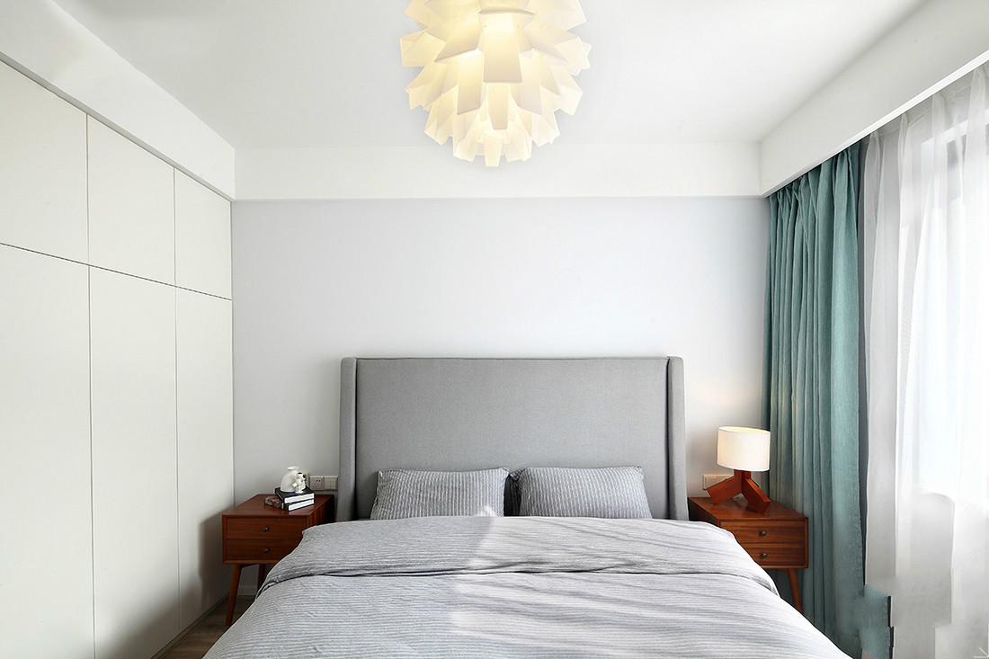 主卧室以冰蓝与灰白为主色调,纯净而清新。