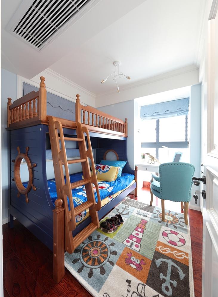 儿童房设计为上下铺,大窗户让居室显得很明亮。