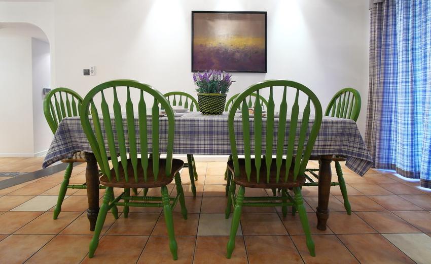 绿色餐桌椅搭配蓝色条纹桌布,有趣的是,桌布与窗帘风格一致。