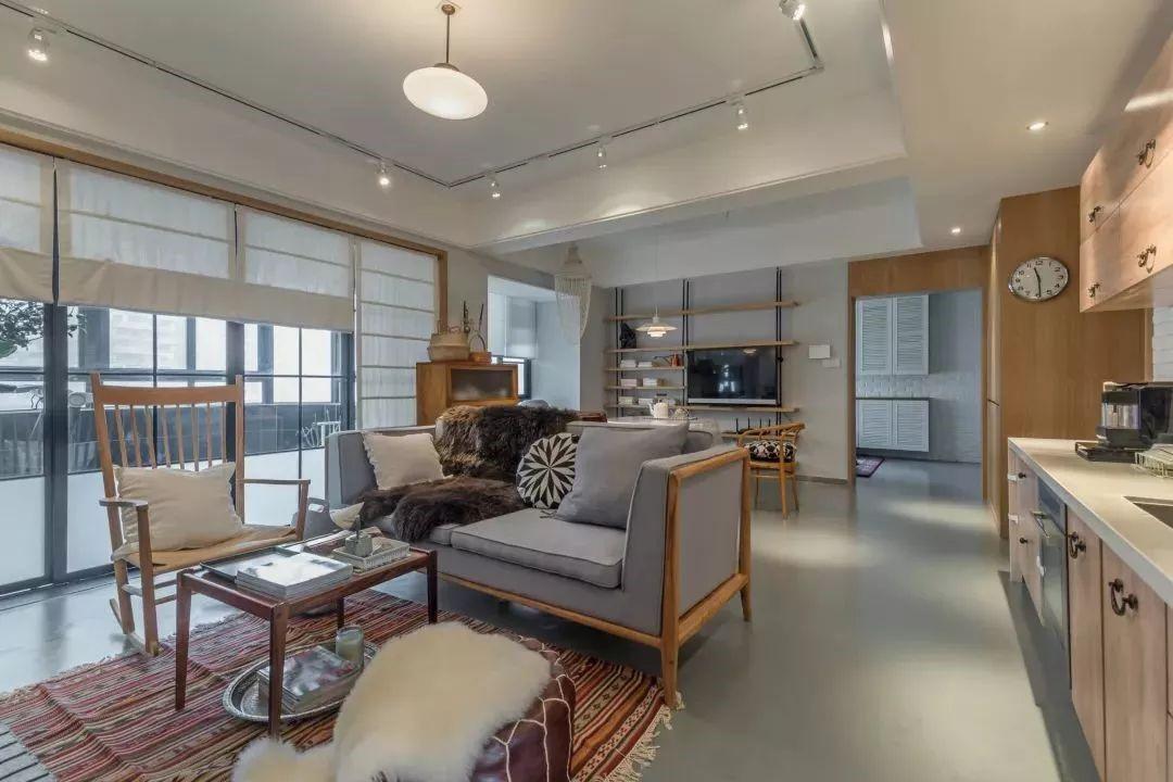 客厅简约舒适,木质框的沙发,搭配布艺坐垫,整个空间显得稳重而轻松。