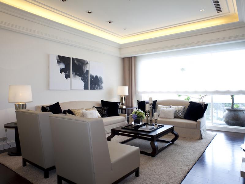 摆放整齐的沙发,选择与浅色沙发面色彩对比强烈的深色抱枕,突出沙发的视觉位置。