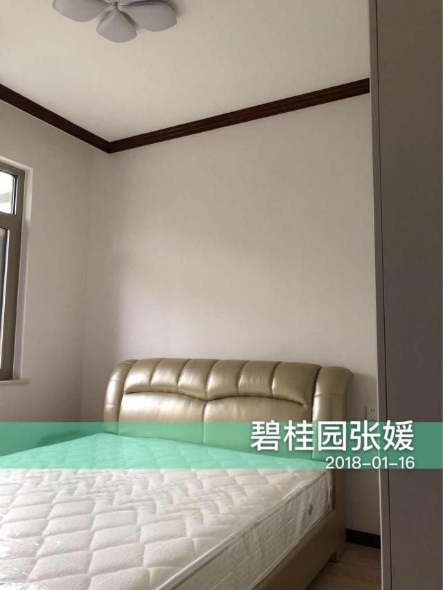 次卧设计相对简单利落,花瓣型吊灯将卧室装扮得格外的雅致。