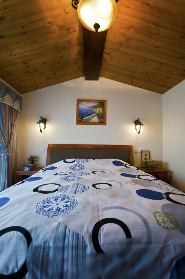 卧室吊顶,有一种山野小木屋的感觉,田园装饰画与空间风格相互呼应,让人能充分感受这种自然娴静的生活氛围