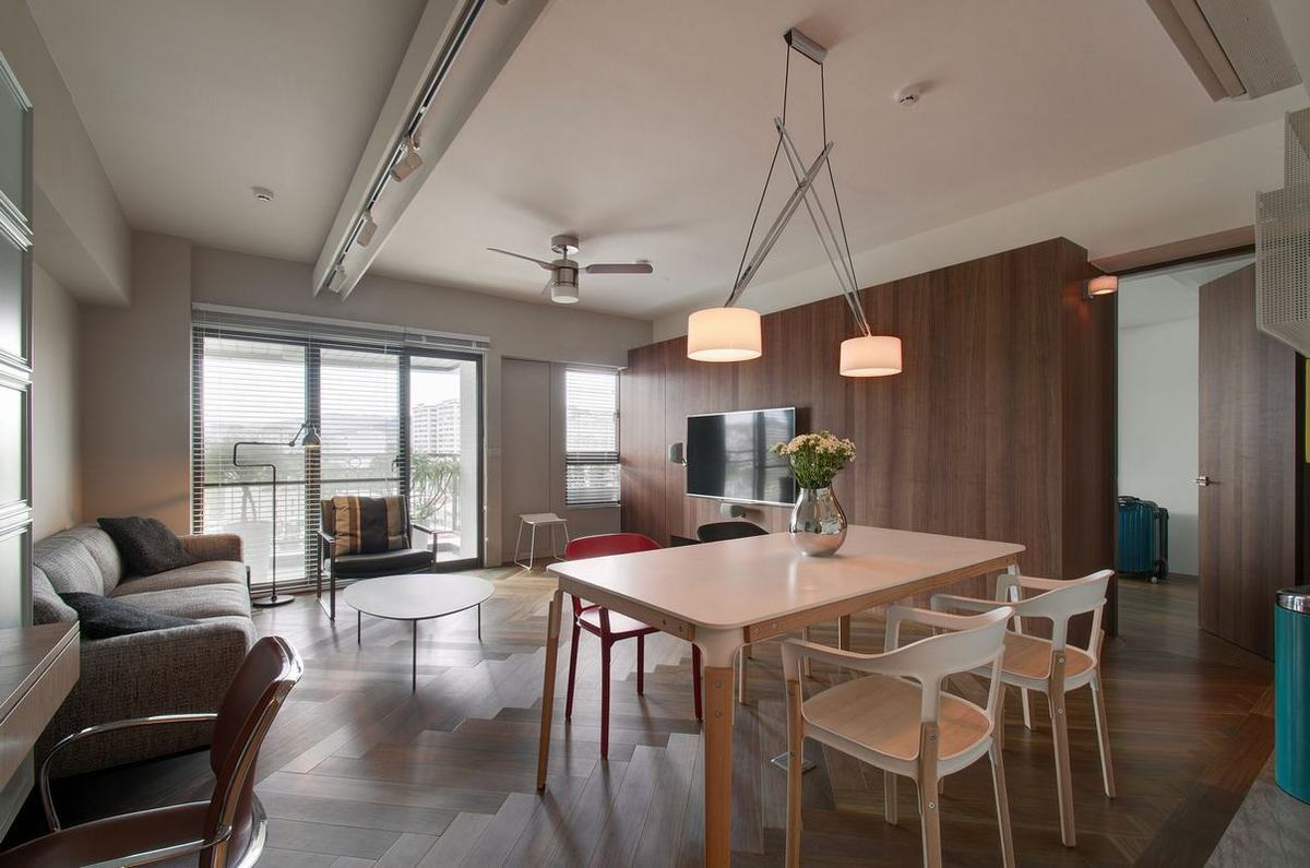 餐厅吊灯做了简单的线条设计,在无吊顶设计中显得更加温馨雅致。