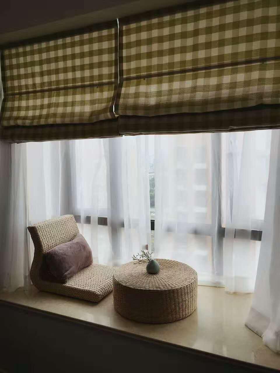 格子窗帘放下来,飘窗就是一个独立的空间,挽起来也是一道亮丽的风景线。