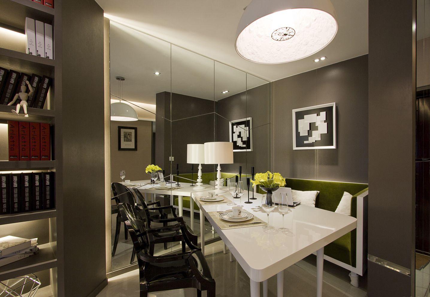 餐厅也是不规则形状,餐厅侧面是一面镜子,很是典雅,木质的桌椅,更好的方便大家饮食