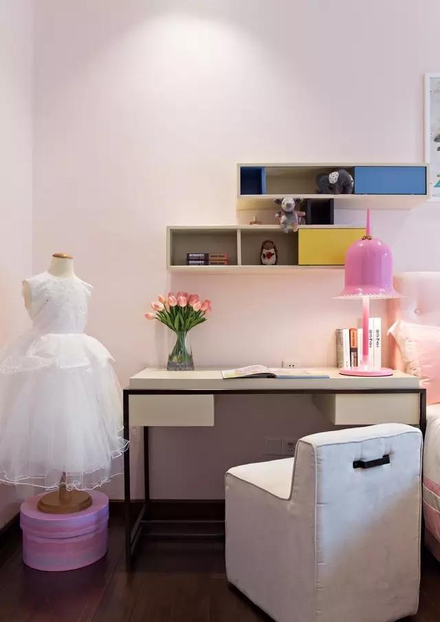 将壁柜建在书桌上面,不会使墙面上多余的壁柜与整体感觉不搭。
