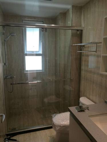 浅色调的卫浴空间,阳光从小窗穿透进入浴室,让空间增添了几分视觉的惊喜感。