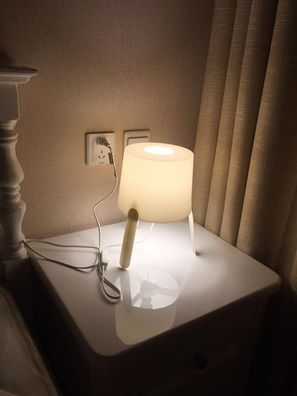 卧室床头的一盏精巧小夜灯,点亮了黑暗的夜晚,也为卧室营造出一种温馨的氛围。