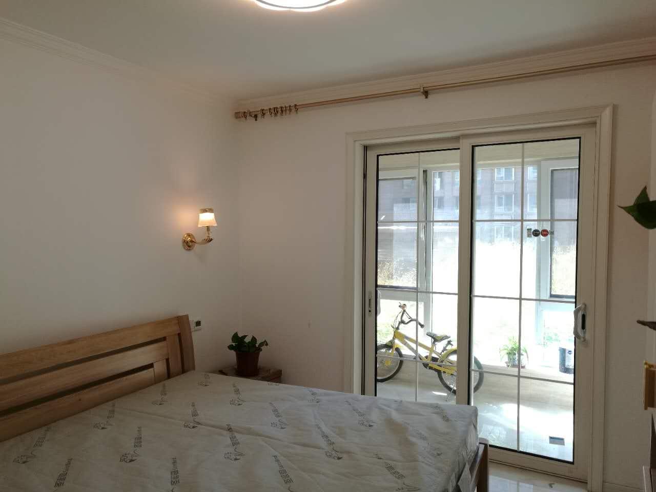 卧室的搭配干净简单,选用原木色的双人床和衣柜。阳台还可以打造成书房使用。