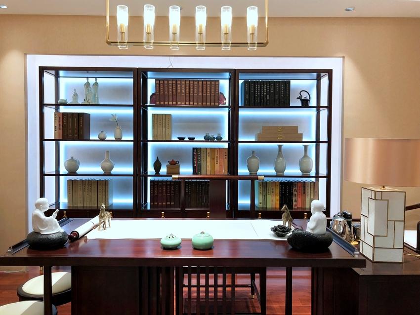 书房里,透过书架上的灯带来制造出来感觉,现代科技的效果,为厚重的气息有所缓解外,更富有一种新的生机。