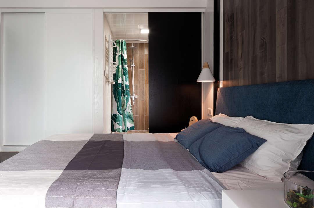 主卧不同颜色的门板区别于不同功能区间,左边白色门板是暗藏衣柜满足日常储物,右侧则用黑色区分通往卫生间
