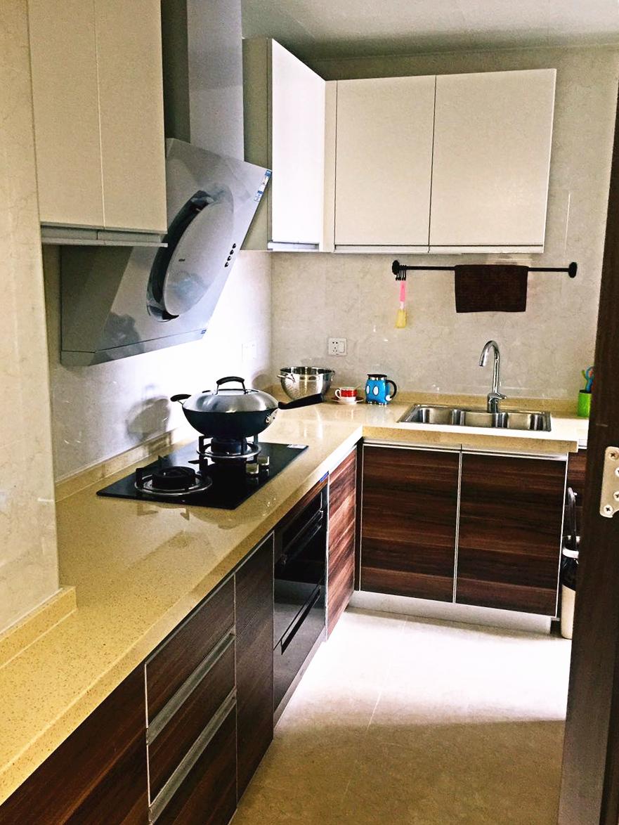 厨房采用的爱空间经典组合,侧吸油烟机节省空间,整体橱柜易于收纳,增加储存空间。