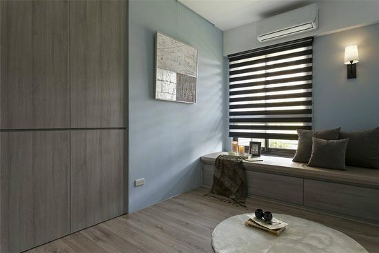 兼具多功能房的客房空间,设计师安排大容量的衣柜设计,以供客人留宿使用。
