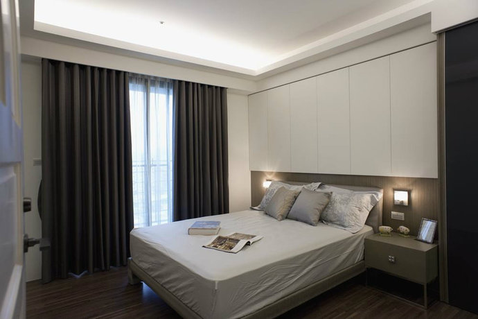本案为高楼层,采光良好但东晒得问题使得室内光线过于刺眼。