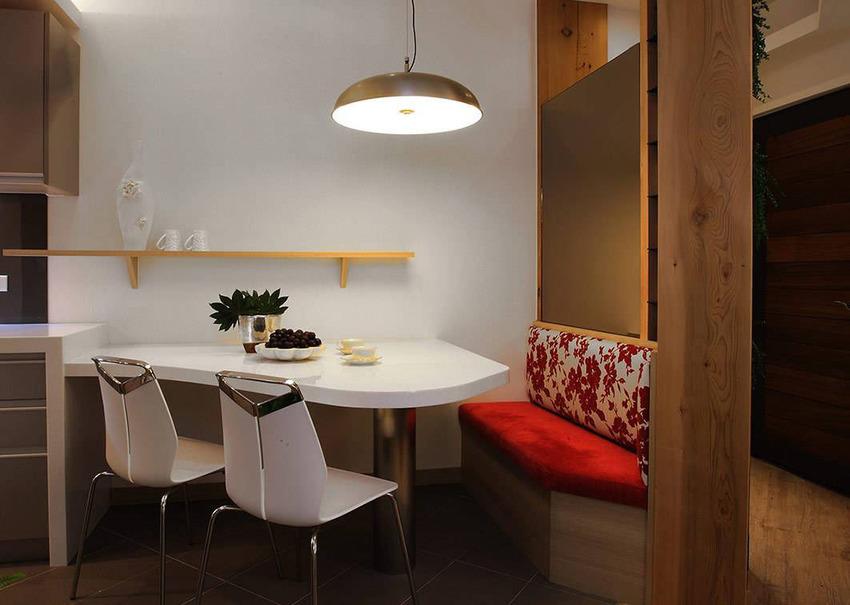 透过不规则造型的餐桌,符合格局条件和机能需求。