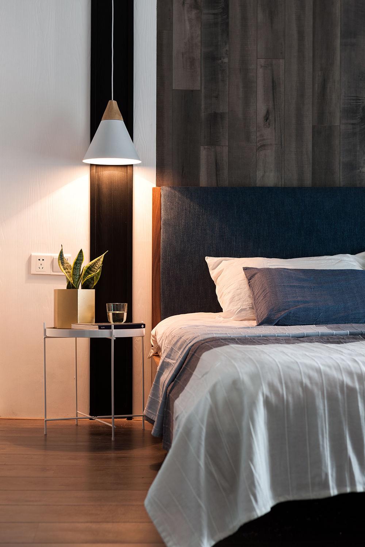 家居地板作用在墙面上别具一番风味,左侧从顶到底的黑色饰面分色,给墙面不同的节奏感。
