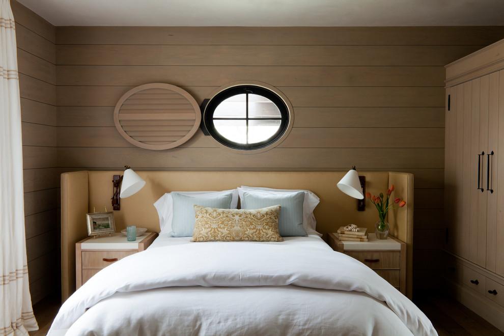 床头的背景墙整个以铜色原木墙面的装饰很是别致
