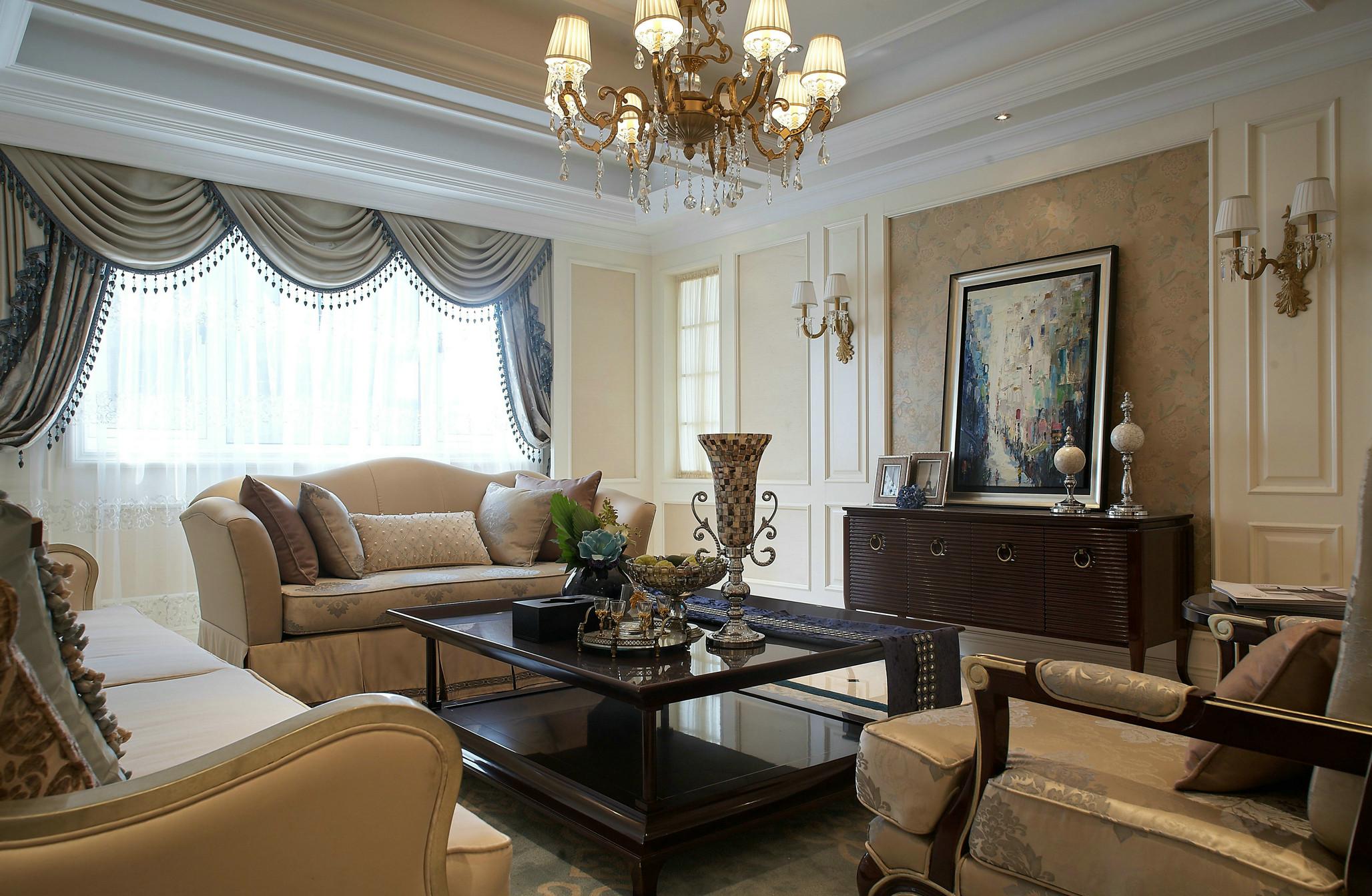 客厅虽然不大,但是处处透露着温馨与华丽。