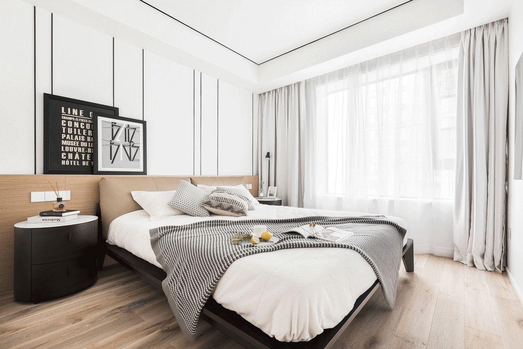 床头背景墙跟电视背景墙一致,白、黑、原木黄的搭配现代简约又透着一小股子北欧风,冷暖适中。