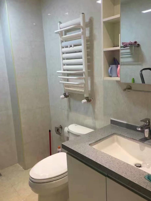 卫生间中规中矩,实用才是王道,浅色系让不大的卫生间显得格外干净宽敞。