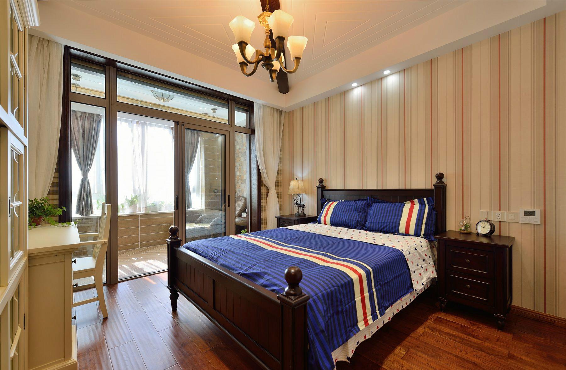 卧室的另一面做了整墙的壁柜,移门与紫色的卧室床品色调非常和谐