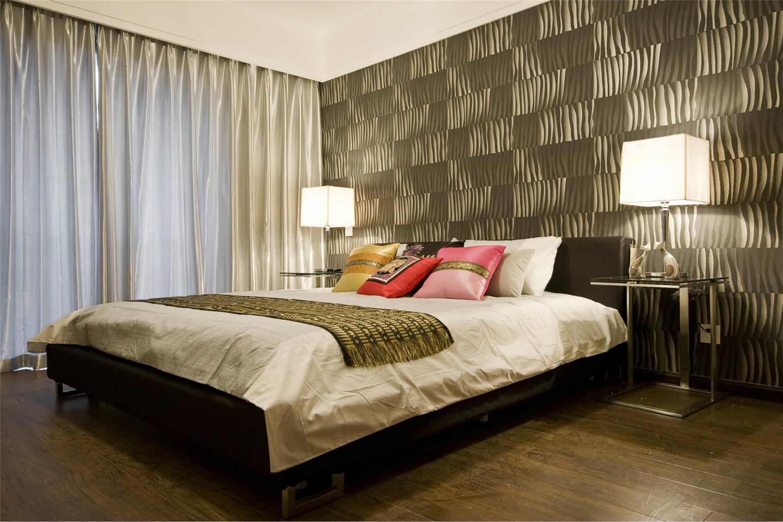 主卧室的设计同样非常华丽,木质地板砖以及丝绸窗帘很是典雅别致