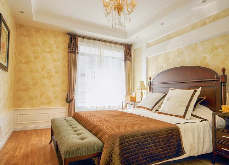 主卧延续客厅的设计元素,营造了一个温暖舒适又浪漫的休息空间。